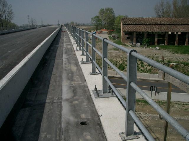 Pali forati per barriere stradali
